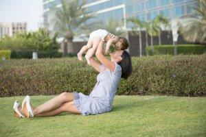 産後の抜け毛はいつまで続く!?脱毛の原因と対策